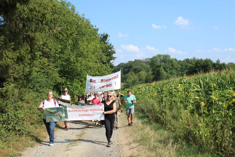 120 Tierschützer protestieren gegen die Schliefenanlage in Voßheide